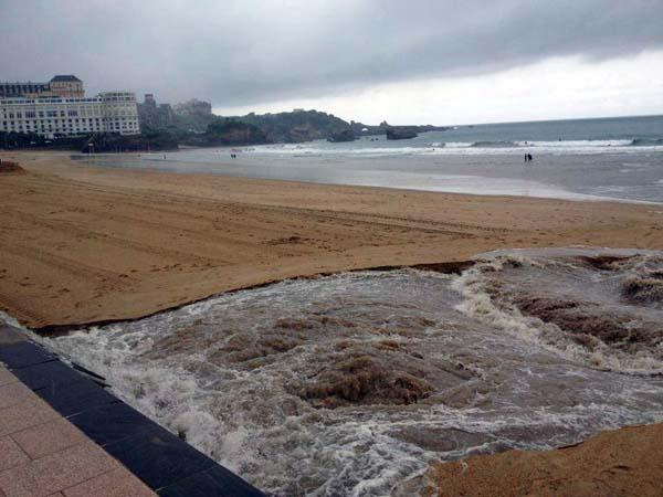 les égouts déversés dans la mer à Biarritz